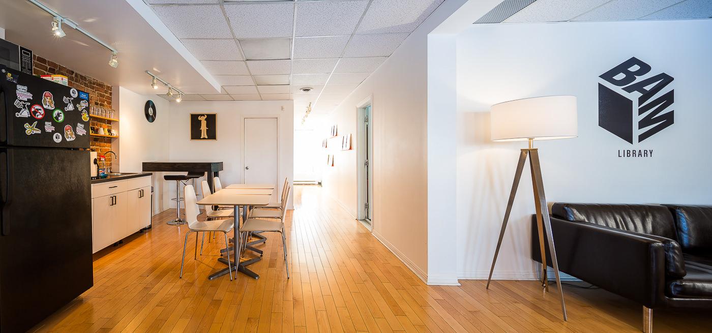 Cuisine et salon dans le studio BAM pour leur forfait PME