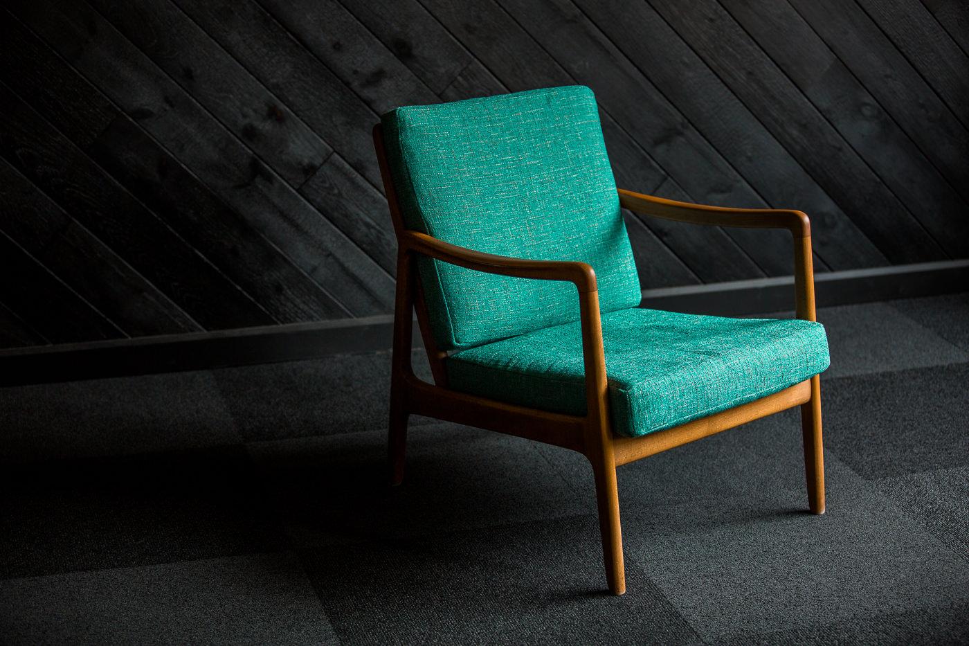 Chaise verte retro dans les bureaux de Thirdbridge pour leur forfait PME