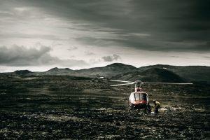Paysage d'islande hélicoptère dans les montagnes