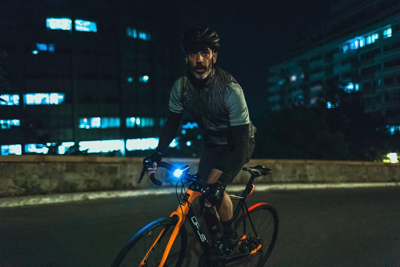 Cycliste sur un vélo de route Opus décor urbain