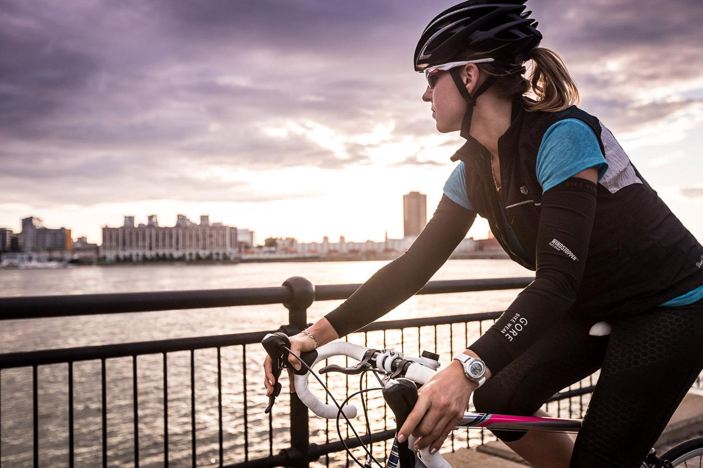 Cycliste sur vélo de performance Opus avec vue sur le fleuve et montreal