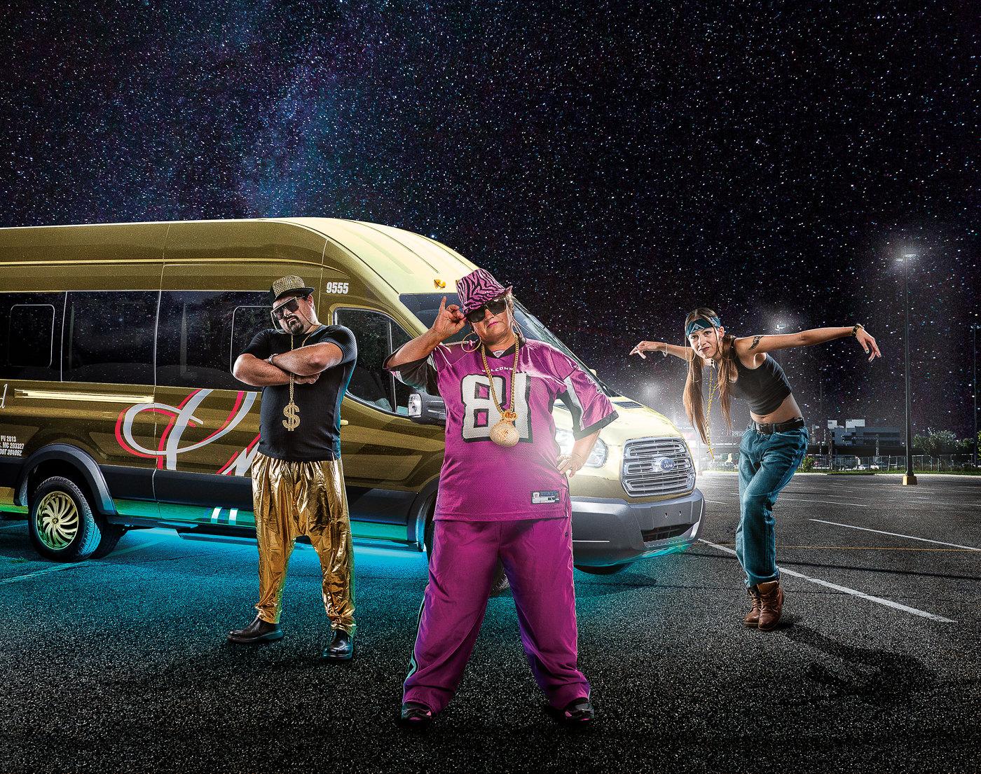 publicité groupe gallant autobus avec trois personnes dansants devant