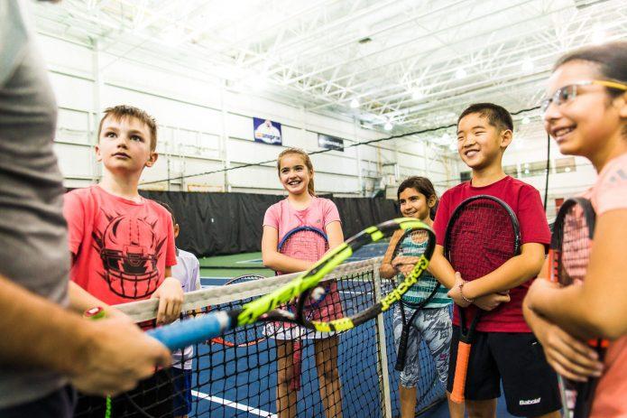 Groupe D'enfants à Leur Cours De Tennis Canada Kids