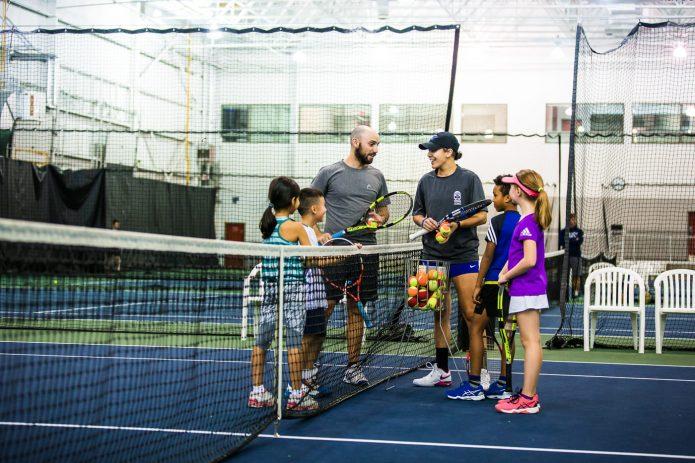 Coach Et Groupe D'enfant Durant Cours De Tennis Canada Kids