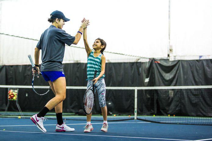 High Five Entre Coach Et Joueuse Durant Cours De Tennis Canada Kids