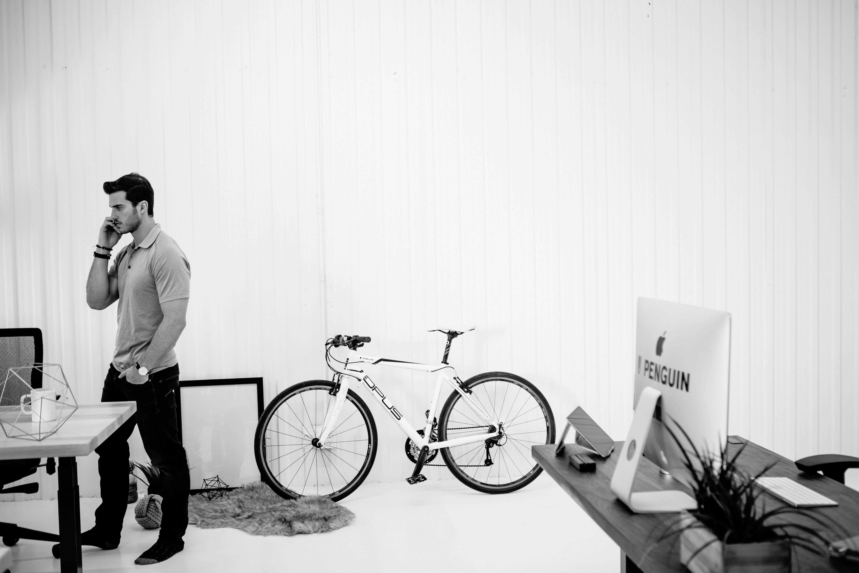 vélo opus dans le decor du tournage de vidéo de produit pour ergonofis