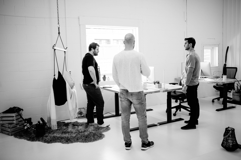 discussion behind the scenes du tournage de vidéo de produit pour ergonofis