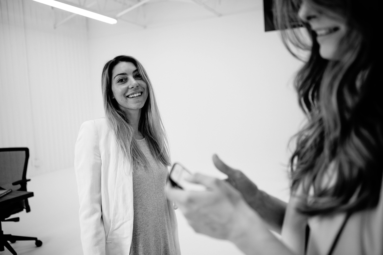 Sourire behind the scenes du tournage de vidéo de produit pour ergonofis
