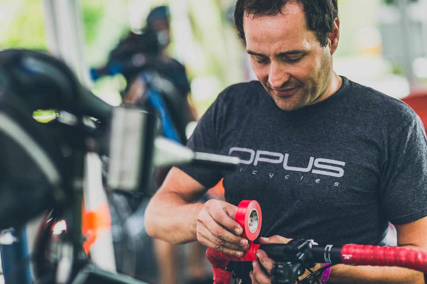 photo événement opus le grand tour vélo close up préparation équipement