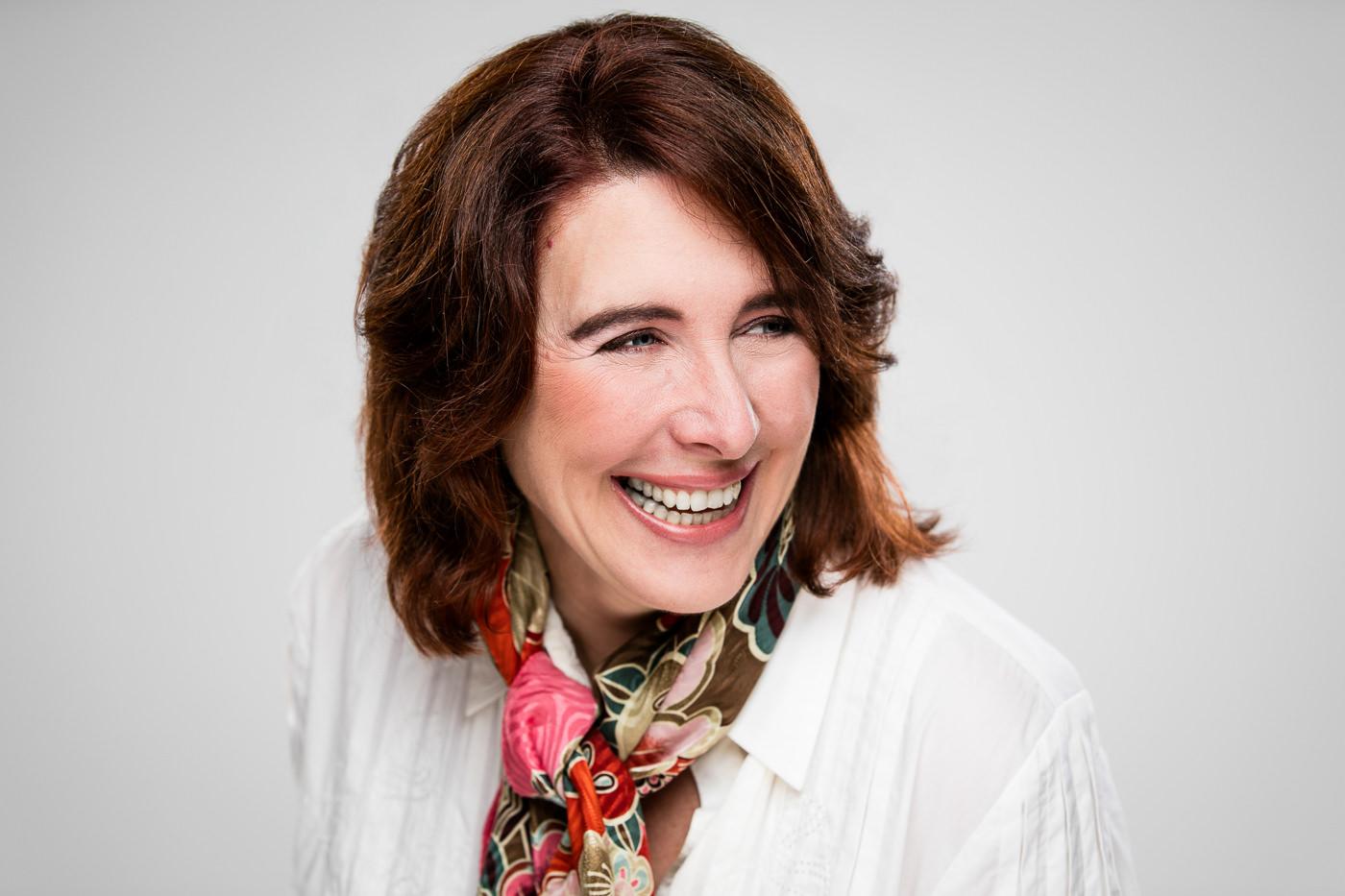 Portrait corporatif auteure Suzanne Laverdière fond blanc