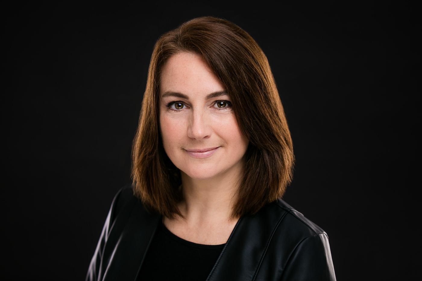 Portrait corporatif femme entrepreneur Veronique Berthiaume fond noir