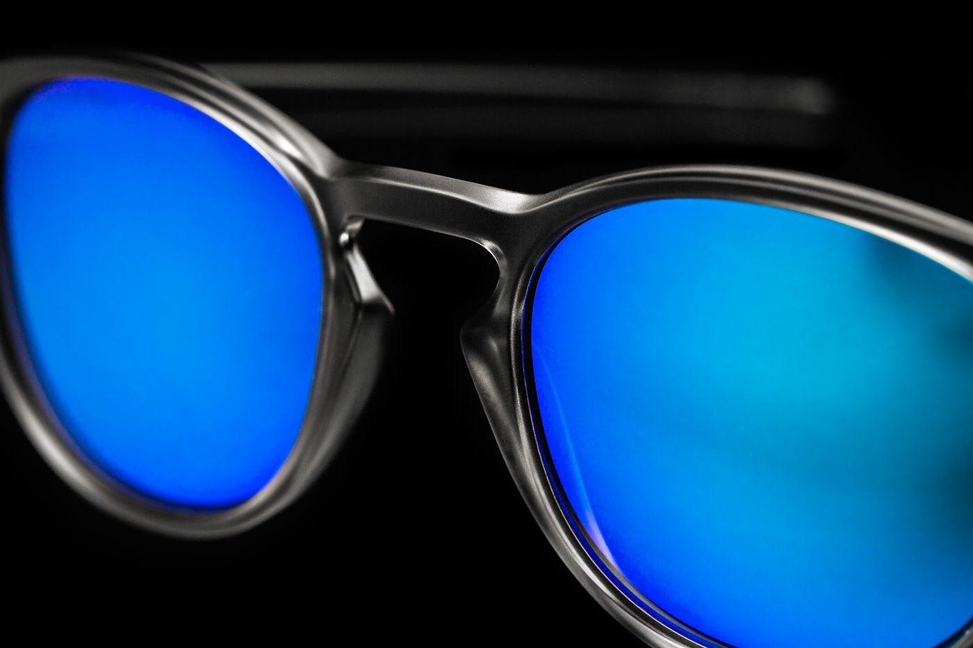 Close-up lunette Oakley teinte bleu sur noir