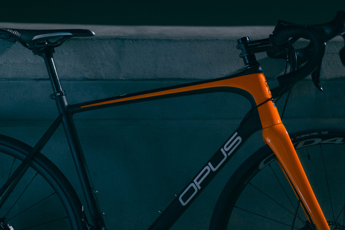 Vélo de route Opus bike orange en soirée