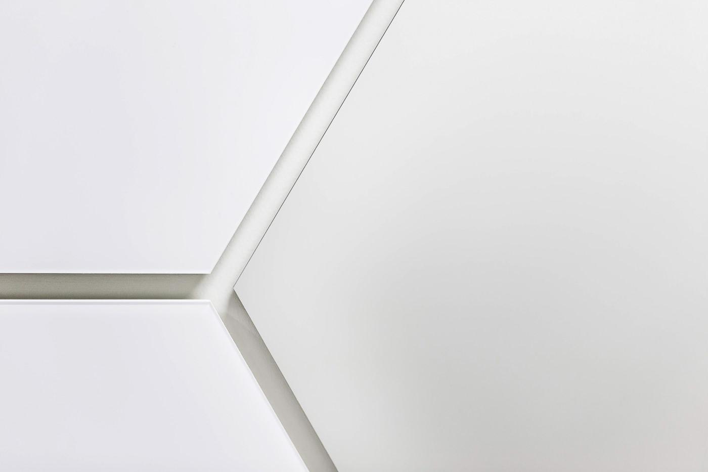 Close-up des carreaux sur les murs de Skinceuticals pour un projet de Rumker