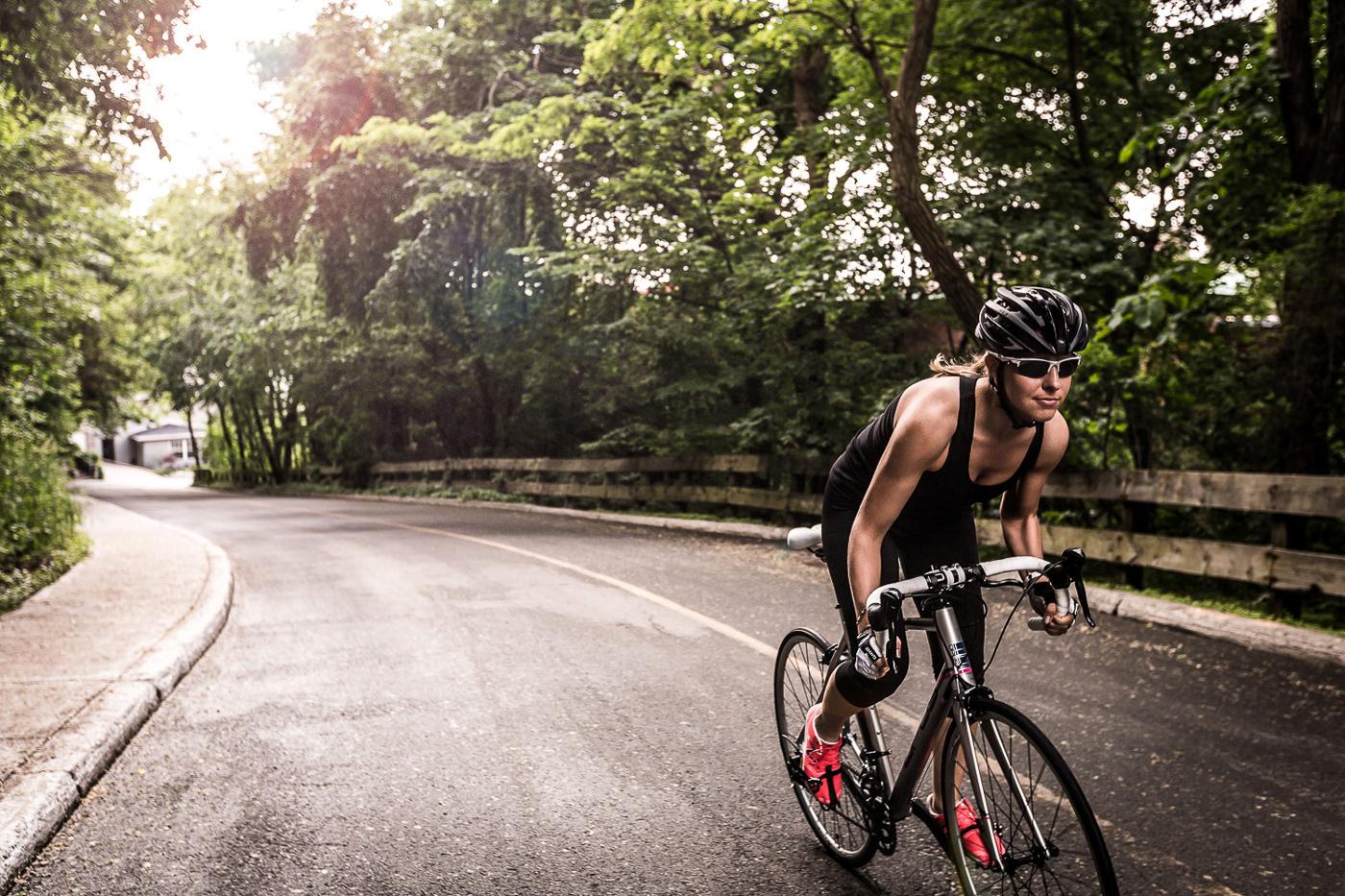 Cycliste sur vélo de performance Opus sur route