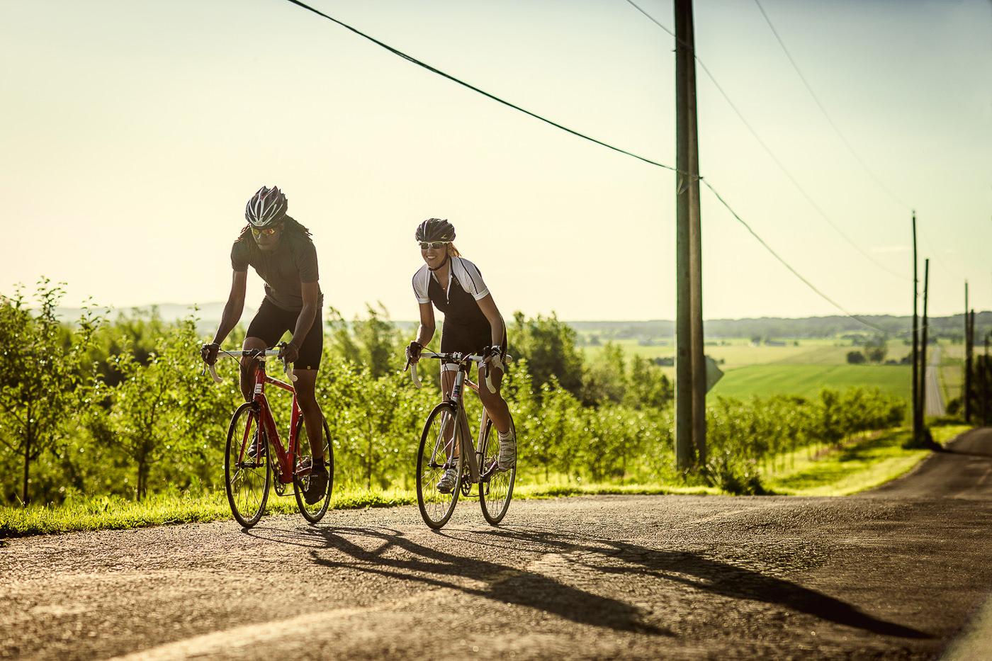 Vélo Opus Bike de performance, deux cyclistes sur la route