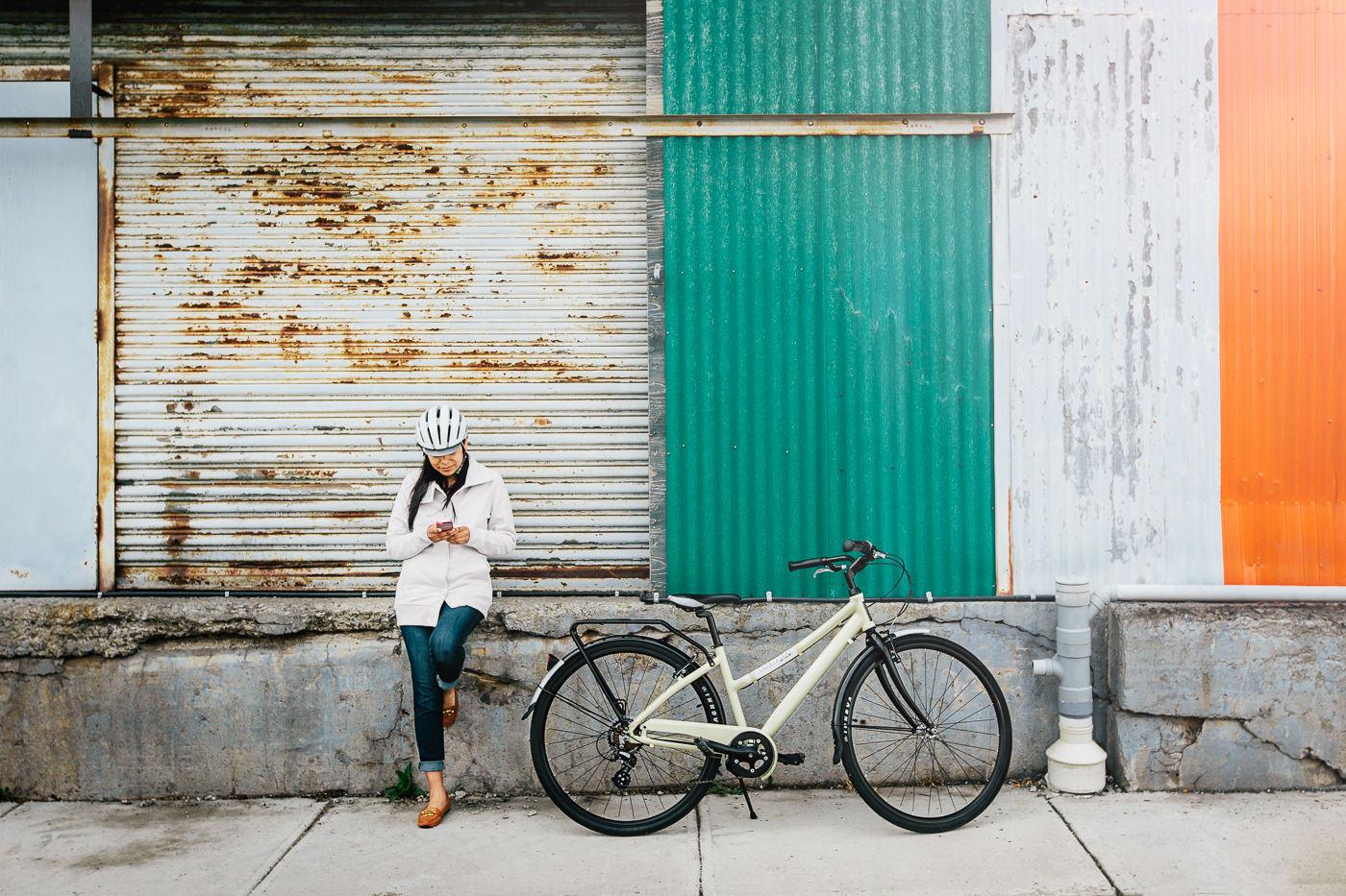 Vélos Opus Bike urbain dans une rue