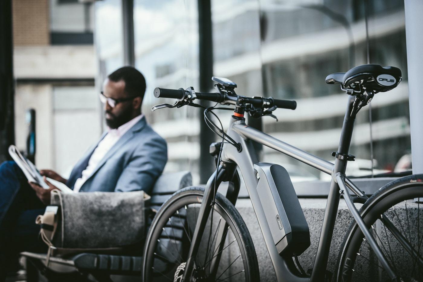 Vélo Opus Bike électrique dans un décor urbain