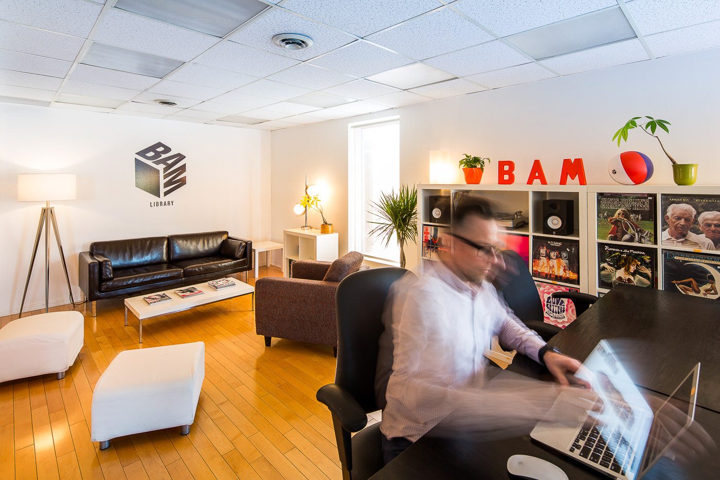 Bam studio architecture avec personne en mouvement