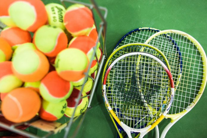 Close Up équipement Raquettes Et Balles Cours De Tennis Canada Kids