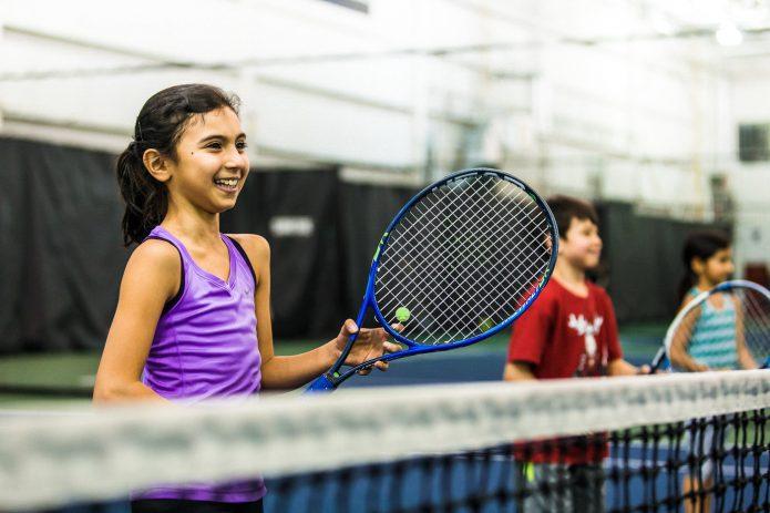 Jeune Fille Souriante Durant Cours De Tennis Canada Kids