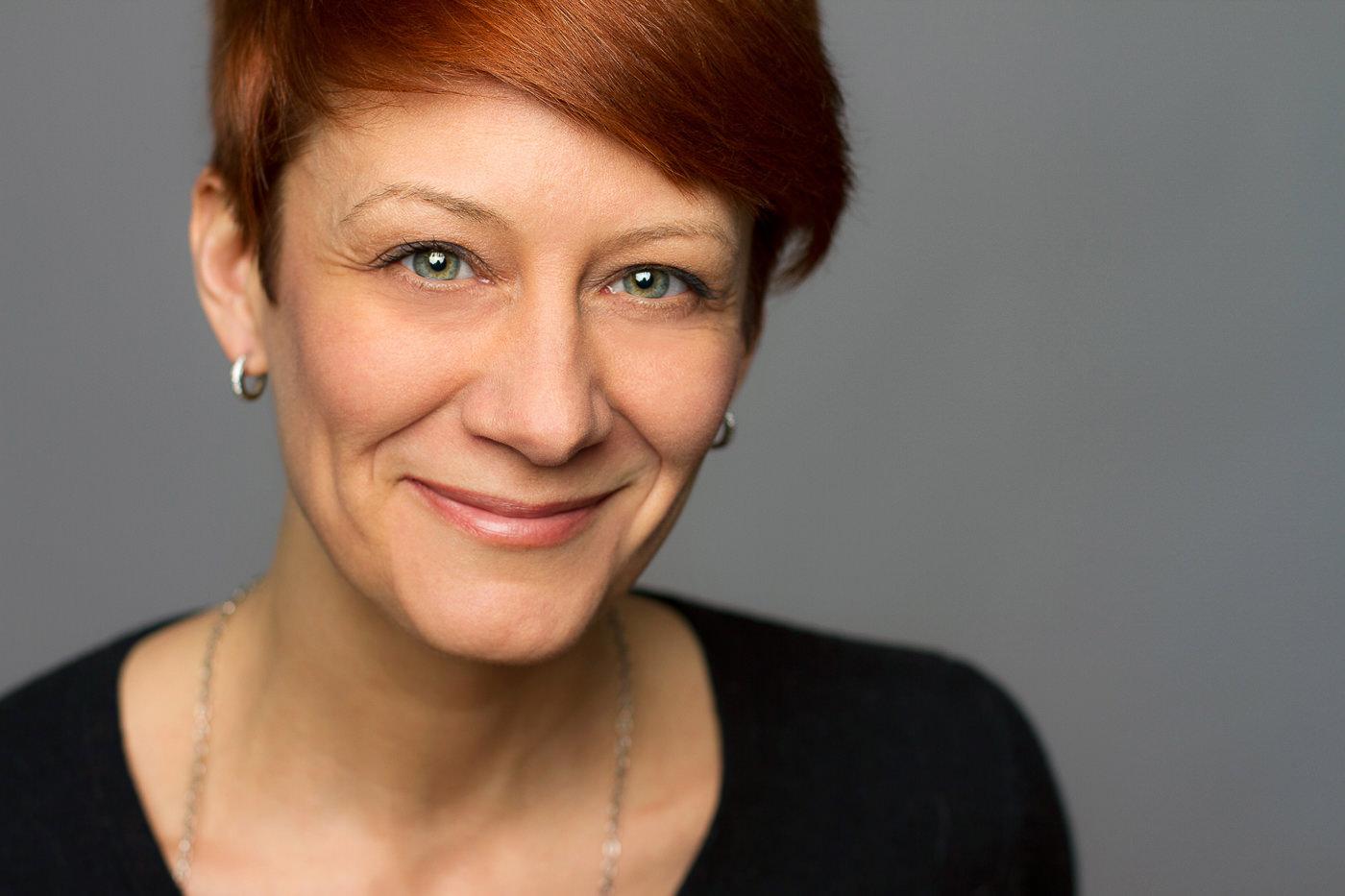 Portrait corporatif femme fond gris